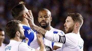 El manotazo de Sergio Ramos a Schär