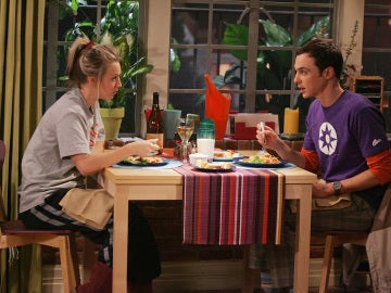 Penny y Sheldon comparten mesa en 'The Big Bang Theory'