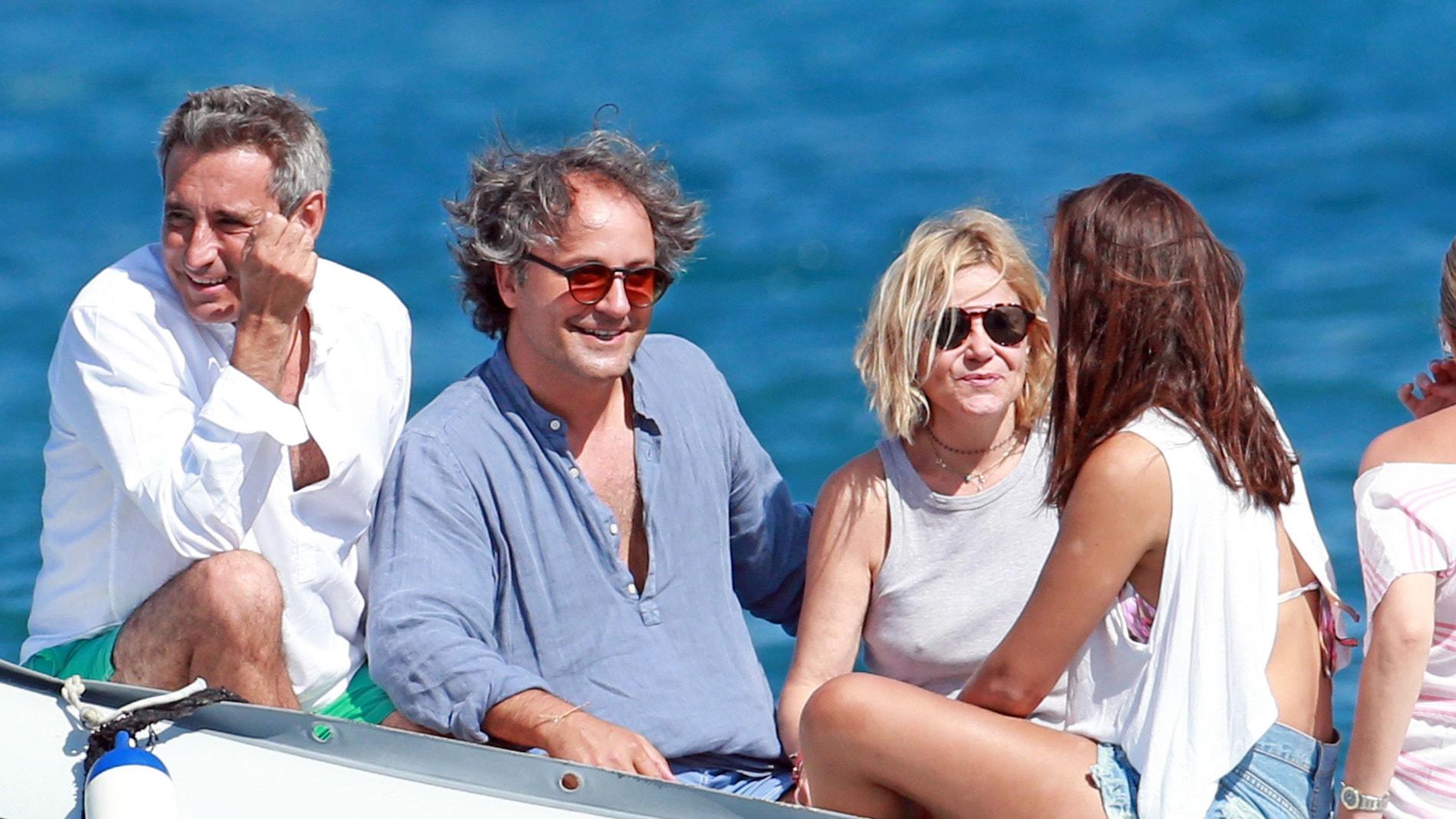Eugenía Martínez de Irujo con su hija Cayetana Rivera y Narcís Rebollo durante unas vacaciones en Ibiza.