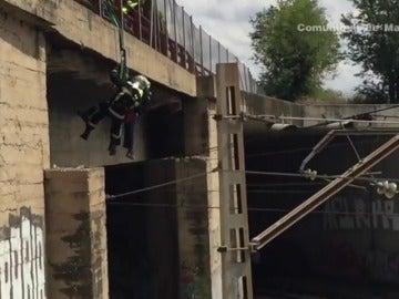 Arriesgado rescate a un trabajador que queda suspendido sobre las vías tras una descarga eléctrica