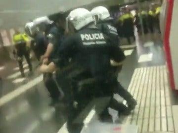 La Guardia Urbana y los manteros se enfrentan en la estación de metro de Plaza Cataluña