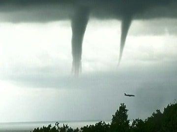 Vuelo entre tornados en Rusia