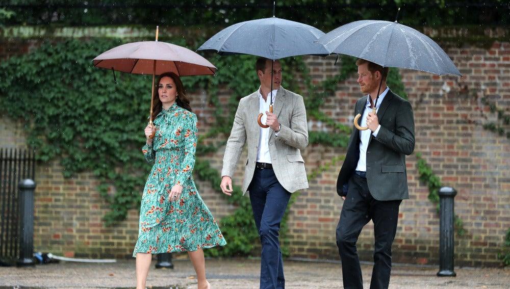 Guillermo de Inglaterra, Kate Middelton y el príncipe Harry en el homenaje de Diana de Gales