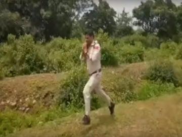 El jefe de policía Abhishek Patel corriendo con la bomba al hombro