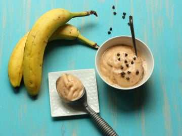 Melocotón, plátanos y pepitas de chocolate.