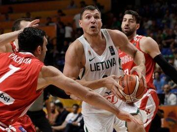 Jonas Maciulis intenta penetrar a canasta ante la defensa de Pachulia