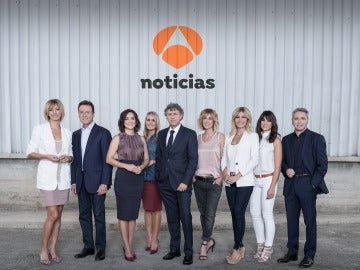 Los presentadores de Antena 3 Noticias con Santiago González