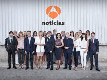 Los presentadores de Antena 3 Noticias con el director y subdirectores