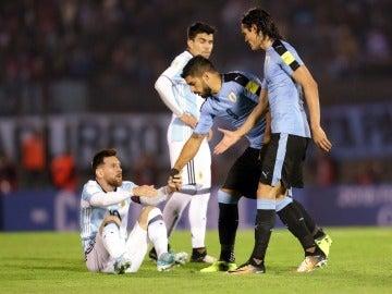 Suárez ayuda a Messi a levantarse