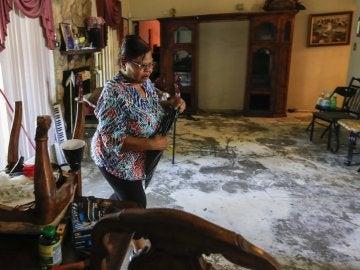 Una mujer en su casa inundada tras el paso de 'Harvey'