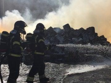 Los bomberos sofocan el fuego en Fuenlabrada