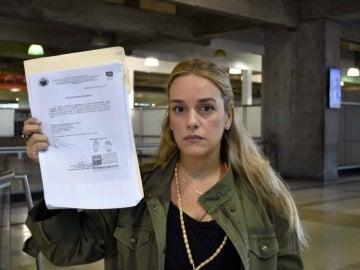 Tintori, con el documento que le prohíbe salir de Venezuela