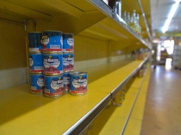 Estanterías vacías de un supermercado en Venezuela