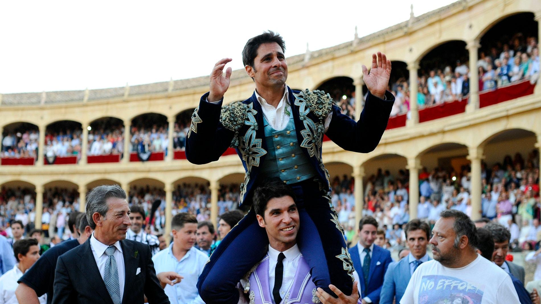 Francisco Rivera sobre los hombros de su hermano Cayetano