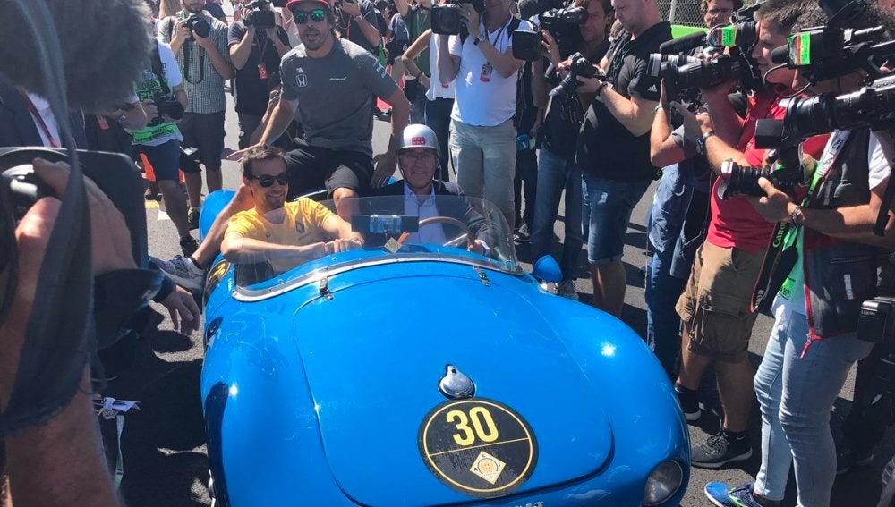 Fernando Alonso, subido en el Renault de Palmer para el Drivers Parade