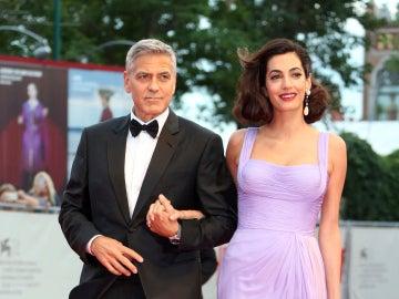George Clooney y su mujer Amal Alamuddin reaparecen tras ser padres de gemelos