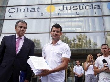Javier Sánchez Santos junto a su letrado en la Ciudad de la Justicia en Valencia