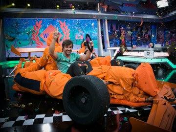 Fernando Alonso protagoniza la primera carrera de coches humanos en 'El Hormiguero 3.0'
