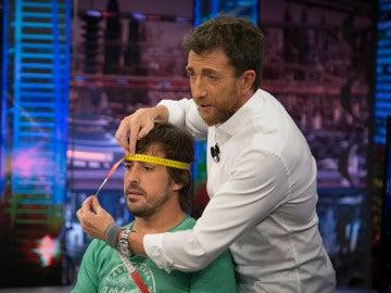 ¿Tiene realmente Fernando Alonso la cabeza grande? 'El Hormiguero 3.0' le hace la 'prueba del cabezón'