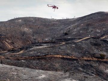 Un helicóptero intentando apagar las llamas en el incendio de La Tuna en Burbank, California