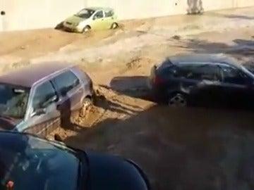 La rotura de un embalse en Almería sorprende a varios vehículos que se encontraban aparcados