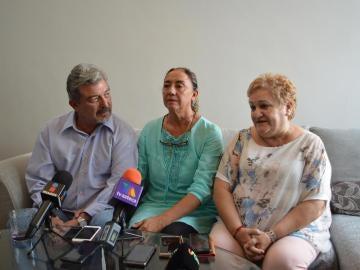 Jorge Fernández (izquierda), Adriana González (centro) y Rosa María Santamans (derecha), suegros y madre de Pilar Garrido