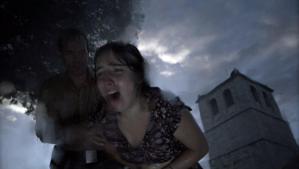 La tormenta desata la pasión entre María y Ribero
