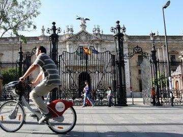 Bicicleta frente al Rectorado de la Universidad de Sevilla