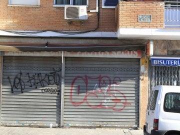 Fachada de la tienda de alimentación china, ubicada en el madrileño barrio de Usera, donde el menor fue atropellado