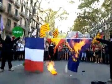Miembros de Arran queman banderas de España, Francia y de la Unión Europea