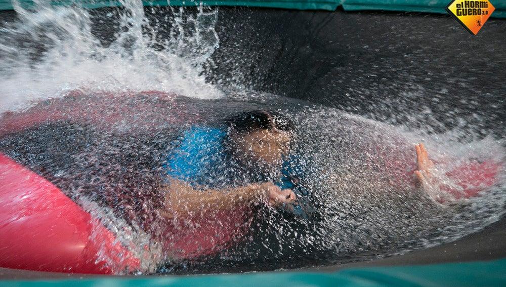 Pilar Rubio se mete en un globo de agua