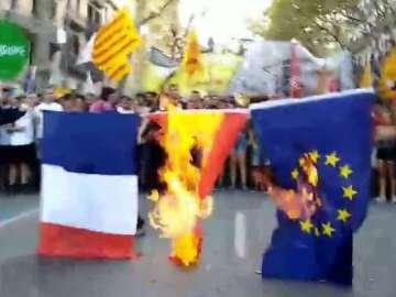 Queman varias banderas en la manifestación anticapitalista