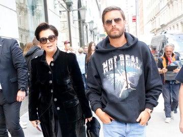 Scott Disick pasea junto a Kris Jenner