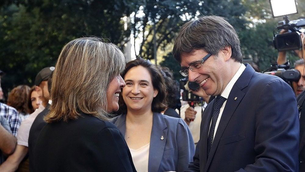 El presidente de la Generalitat, Carles Puigdemont, junto a la alcaldesa de Barcelona, Ada Colau, y  la alcaldesa de L'Hospitalet de Llobregat, Núria Marín
