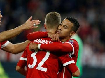 Thiago celebra su gol al Anderlecht con sus compañeros del Bayern