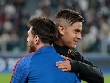 Messi y Dybala se saludan antes de un Barça - Juve