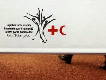 Cartel con el logo de la Conferencia Internacional de la Cruz Roja y la Media Luna Roja, en Ginebra, Suiza