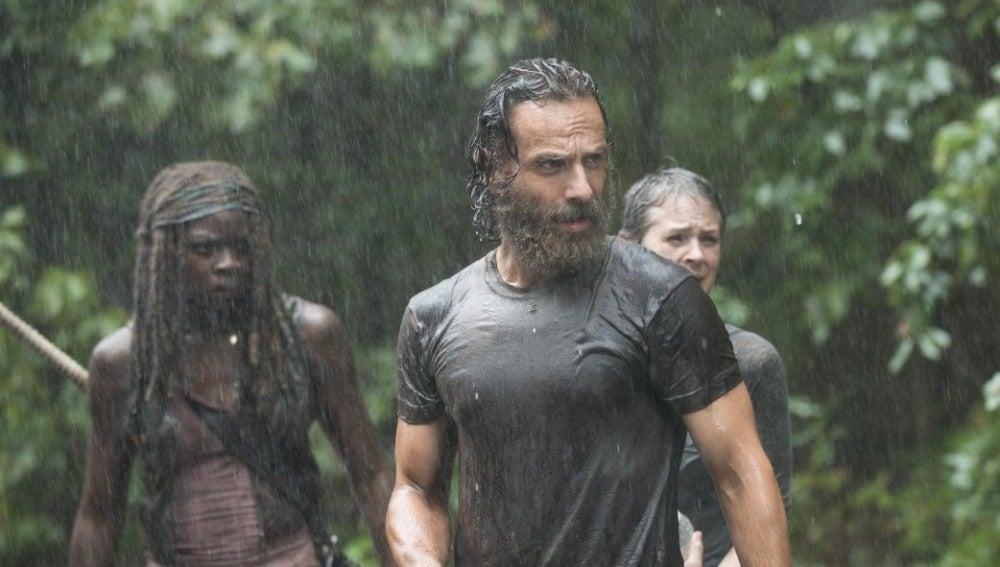 Una imagen mientras llueve en 'The Walking Dead'