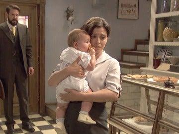 Candela y su hijo planean su marcha bajo la mirada de Severo