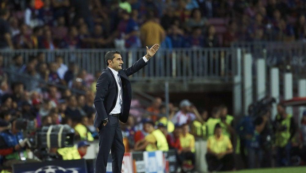 Ernesto Valverde da indicaciones desde la banda del Camp Nou