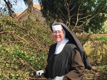 La monja cortando ramas