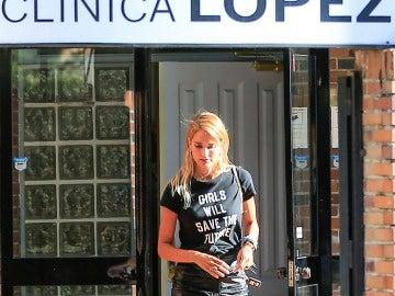 Alba Carrillo saliendo de la clínica López Ibor