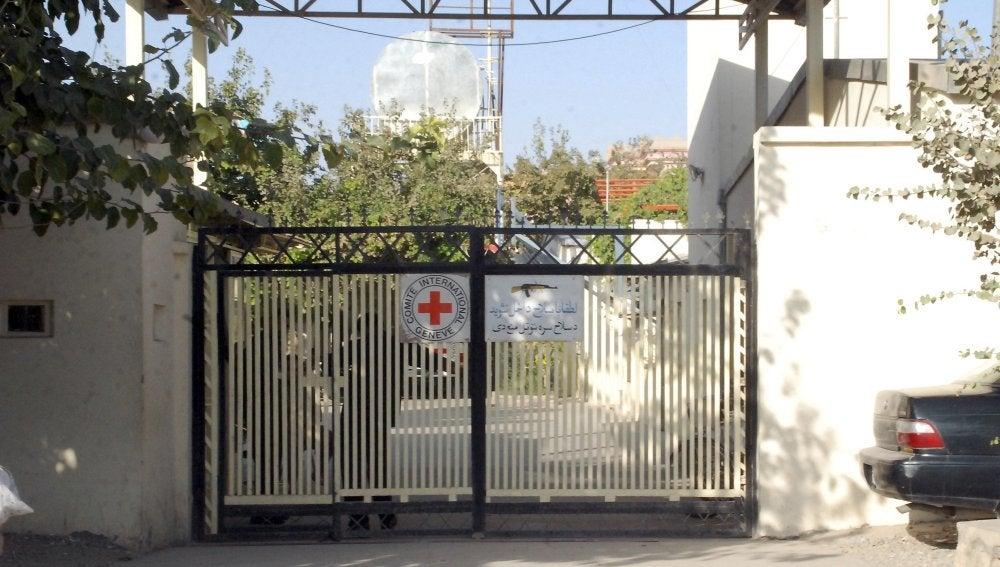 Vista de la valla de un centro médico del Comité Internacional de la Cruz Roja (CICR)