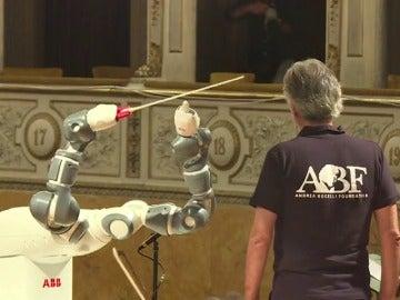Un robot coge la batuta y dirige la Filarmónica de Lucca