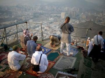 Musulmanes rezando en el Monte Al-Noor, en La Meca, Arabia Saudí