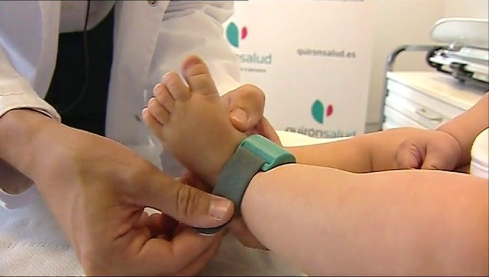 Una pulsera para monitorizar la salud de los bebes