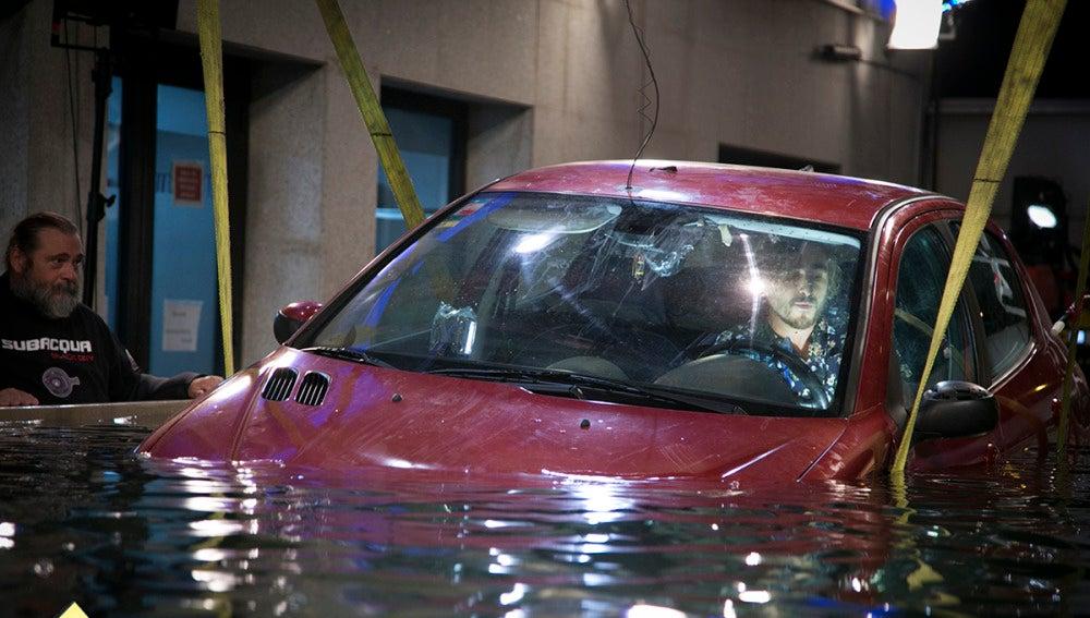 Cómo sobrevivir si quedamos atrapados en el interior de un coche bajo el agua