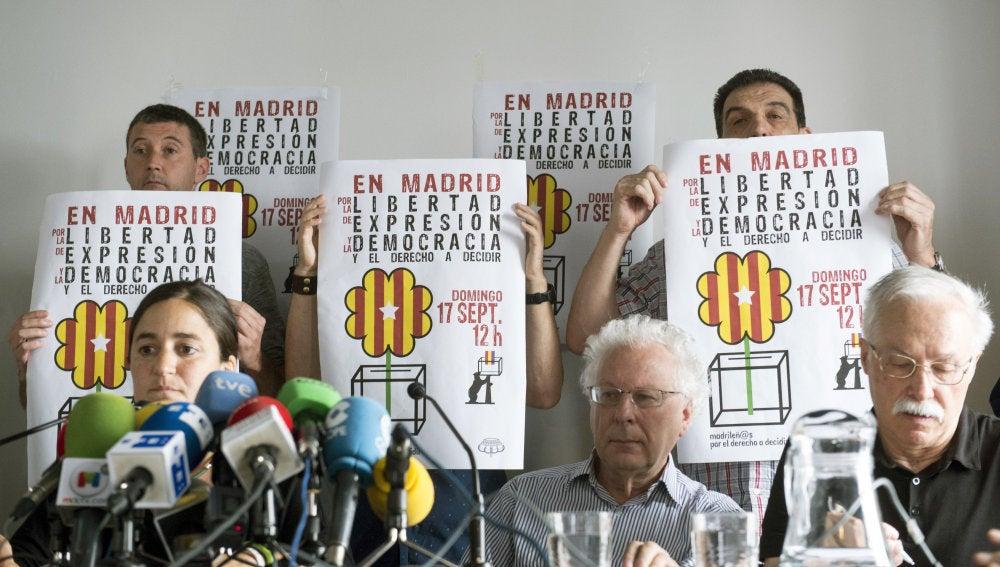 """Elena Martínez (sentada-i), Javier Sábada (c) y Jaime Pastor (d), representantes de la plataforma """"Madrileños por el Derecho a Decidir"""", durante la rueda de prensa"""