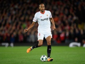 N'Zonzi se prepara para pasar el balón en un partido con el Sevilla