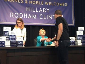 Clinton, firmando su nuevo libro, 'What Happened'